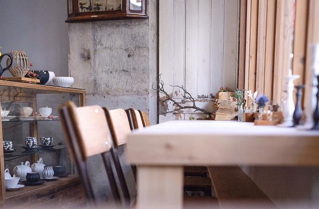 画像: アンティークがお好きなシェフ自らセレクトされたセンスの良いテーブルやチェア、テーブルに置かれた一点物の小物などがズラリと並びます。