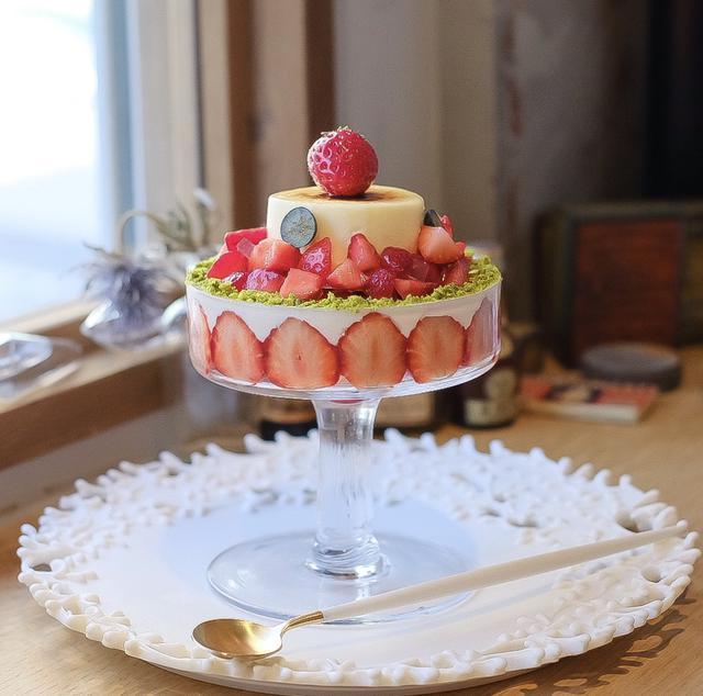 """画像: ウェディングケーキのような""""ピュイダムール オ フレーズ""""。"""