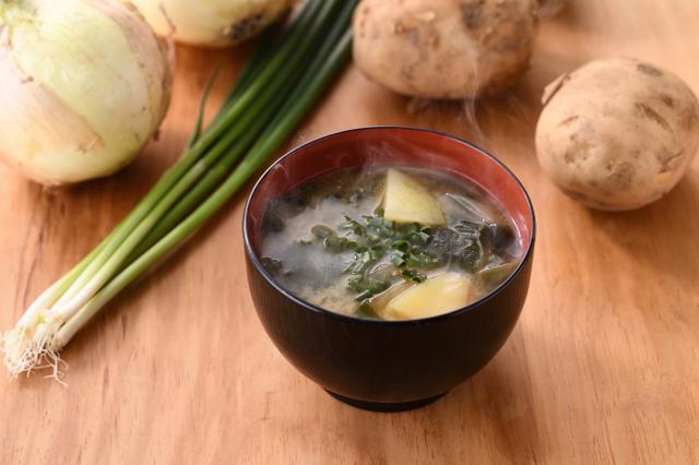 画像: 季節のお味噌汁 170円+税 芳醇な香りと甘みのある麦味噌を季節の野菜と合わせて