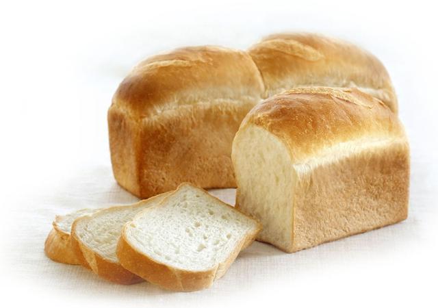 画像: ●ハードトースト(772 円、1/2 本 386 円) トーストしてお召し上がりいただくと外はカリッとした食感で 中はもっちりとして口どけも良く、ほんのり塩味を感じあっさりとした味わいです。表面が軽く色づく程度にトーストしていただくと、より美味しくお召し上がりいただけます。