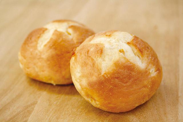 画像: ●コーンパン(大)(159 円) スイートコーンの入った直焼きのパンです。 人気ロングセラー商品の一つです