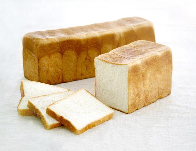 画像: ●パン・ド・ミ(角)(1,062 円、1/2 本 532 円) もっちり感としっとりした食感が特徴のオールマイティーに使える食パン。蓋をして焼くため中身の密度が高く、濃厚な味わいです