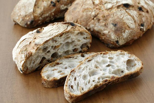 画像: ●パン・ド・ロデヴ(クルミ&レーズン)(636 円) もちもちとした食感と蜂の巣のような内層が特徴の フランス・ロデヴ地方のパンにドライフルーツを入れました