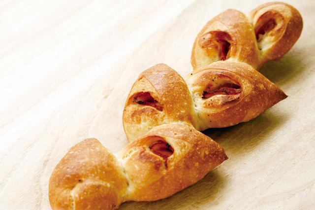 画像: ●ベーコンエピ(330 円) フランスパンに黒こしょうの効いたベーコンを包み麦穂の形に焼き上げました。