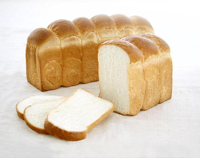 画像: ●パン・ド・ミ(山)(1,062 円、1/2 本 532 円) トーストした時の歯切れが軽く、ほどよい弾力の食感が特徴。特にパンの耳の上部分が香ばしく、パンの耳がお好きな方におすすめの食パンです
