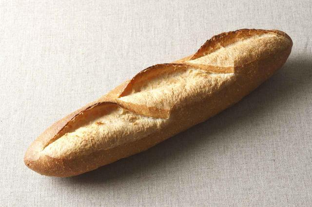 画像: ●バタール(330 円) フランスパンのバゲットに比べて、クラム(中身)が多いためカット面も大きく、おすすめとしてチーズやパテなどの具材をのせてお召し上がり下さい