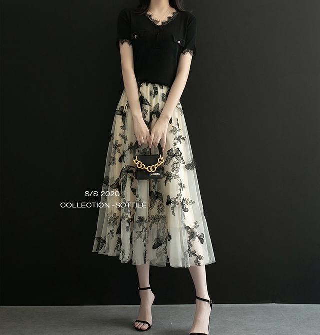 画像: フレアスカート×Tシャツできれいめコーデ