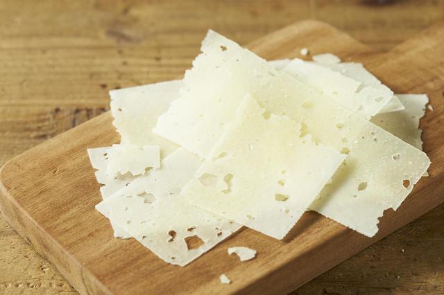画像: ■商品名:『ペコリーノ ロマーノ』 ■価格:50g:¥700 10g:¥140 ■商品情報:羊のミルクを原料とした、ハードタイプのチーズ。塩気が強く、ほのかに酸味を感じる味わいが特徴で、羊のミルク特有の甘い香りが楽しめます。