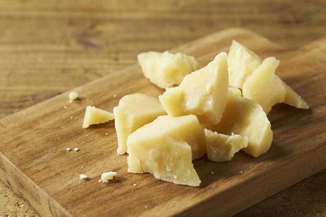 画像: ■商品名:『パルミジャーノ レッジャーノ』 ■価格:50g:¥750 10g:¥150 ■商品情報:『イタリアチーズの王様』と呼ばれるほど人気の高いチーズ。しっとりとした食感でコクがあり、噛めば噛むほど旨味を感じられます。