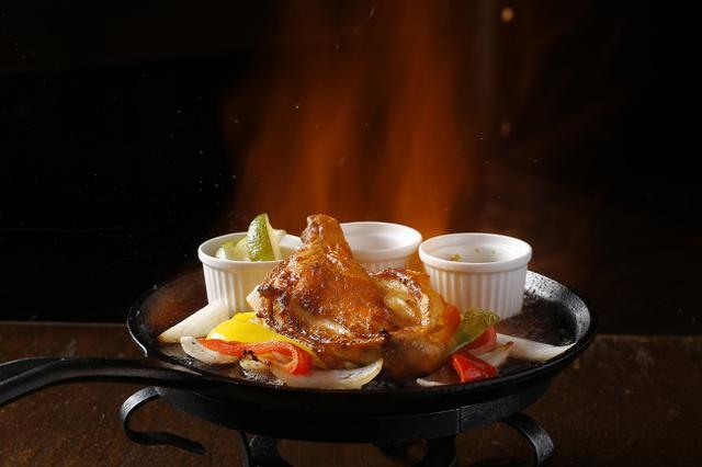 """画像: 目の前で宙を舞う炎は圧巻! 熱々の鉄板で調理された食材をテキーラで仕上げる""""ファフィータ"""""""
