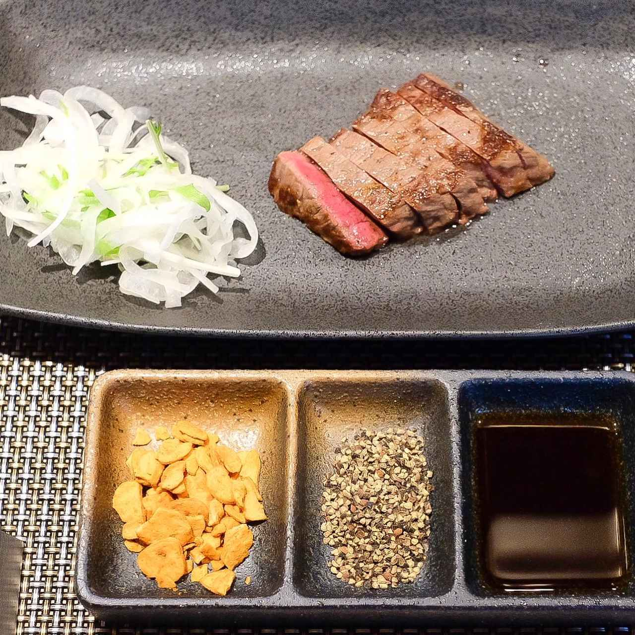 画像: (左より) しょうゆパウダーがミックスされたガーリックチップ 粗黒胡椒 富士山の水を使用した静岡県産醤油