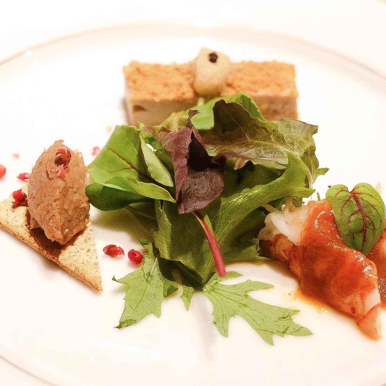 画像: -前菜3種盛り合わせ- A5黒毛和牛のリエット グリーンペッパーの香り オマールエビのポッシュ ジュ・ド・オマール フォアグラのガトー キャラメルオニオンソース