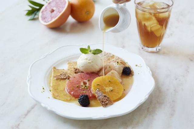 画像1: 温かい桃のソースをかける贅沢なクレープ&桃のティーソーダ