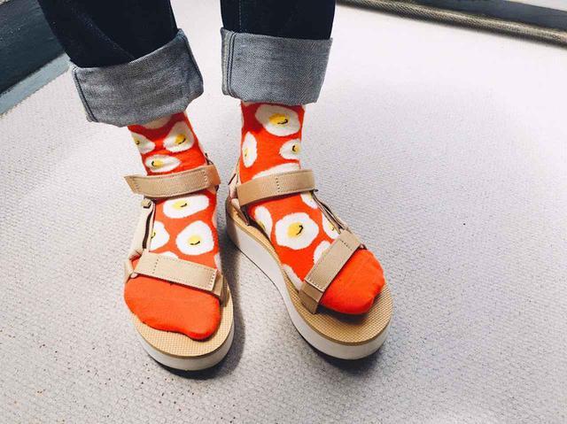 画像2: Happy Socksの店舗スタッフがオススメする 「Happy Socks x サンダル」コーディネート