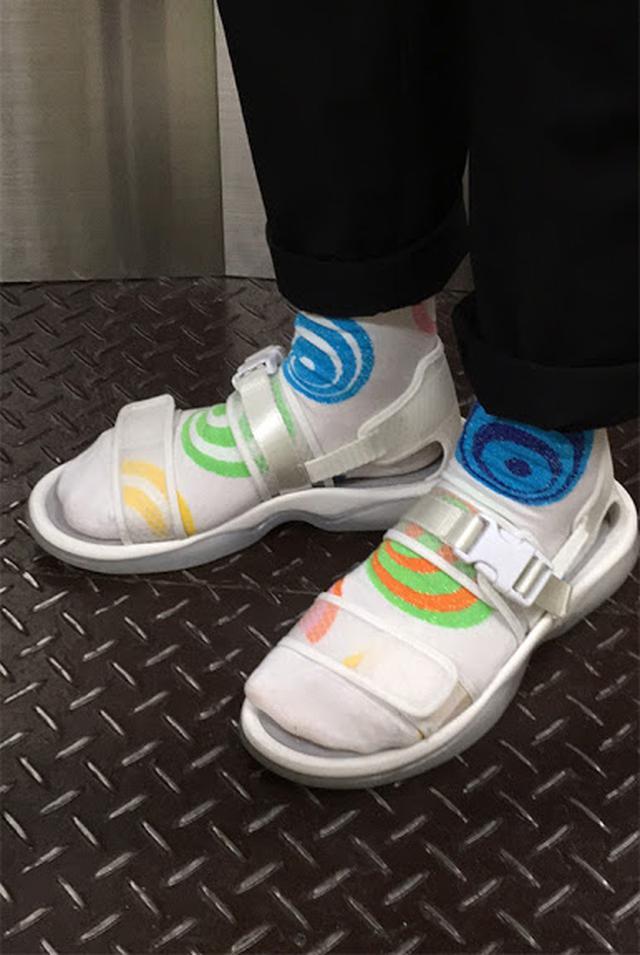 画像1: Happy Socksの店舗スタッフがオススメする 「Happy Socks x サンダル」コーディネート