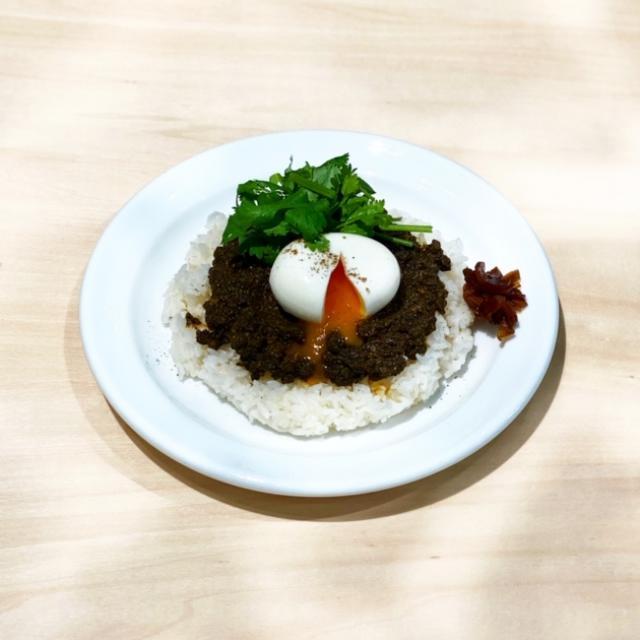 画像: ・キーマカレー:挽肉たっぷりのスパイシーなカレーと半熟卵がベストマッチ。パクチーも添えて。900円