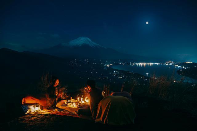 画像: 月明かりに輝く富士山と山中湖を望む絶景スポット