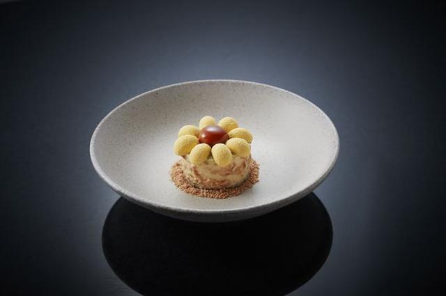 画像: 『HIMAWARI』 マンゴームースをベースにした、お花型の可愛らしいケーキ。キャラメルムースを真ん中にあしらい、中にはマンゴーのジュレとココナッツクレームが層になっています。
