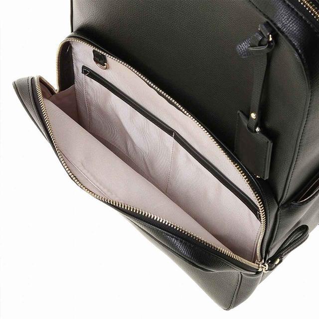 画像: スマホや定期をさっと取り出せる外ポケット。中にはキーフックとオープンポケット付き