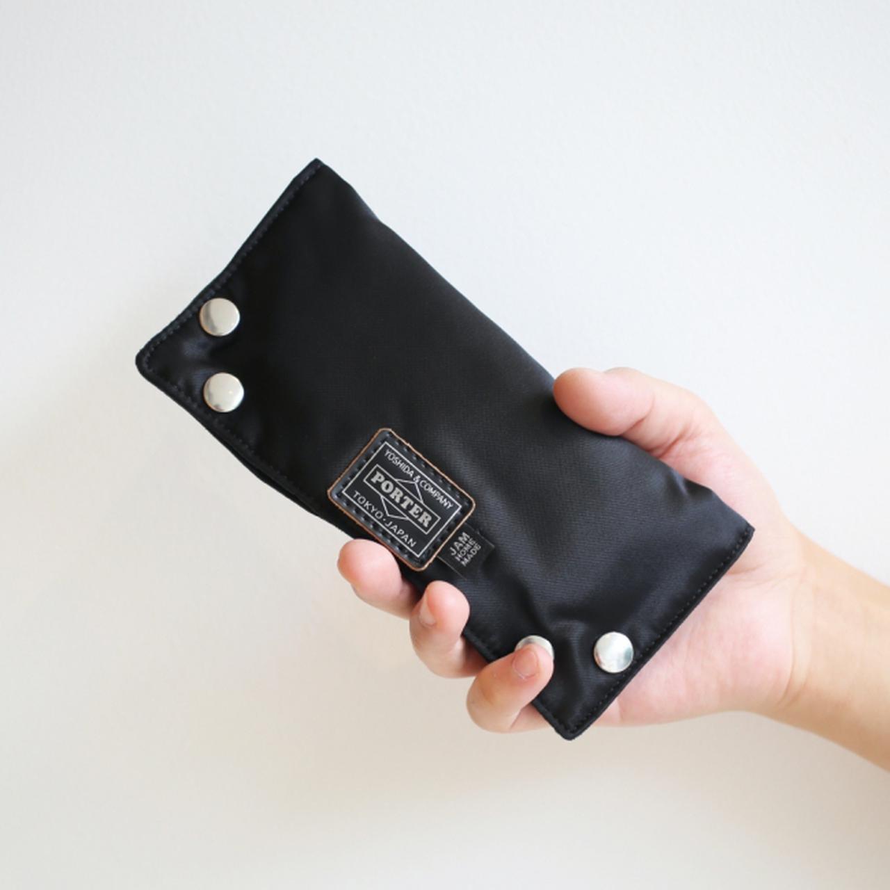 画像: 収納時は片手に収まるコンパクトサイズ。程よいクッション性能もあるので、中身の保護は申し分ありません。