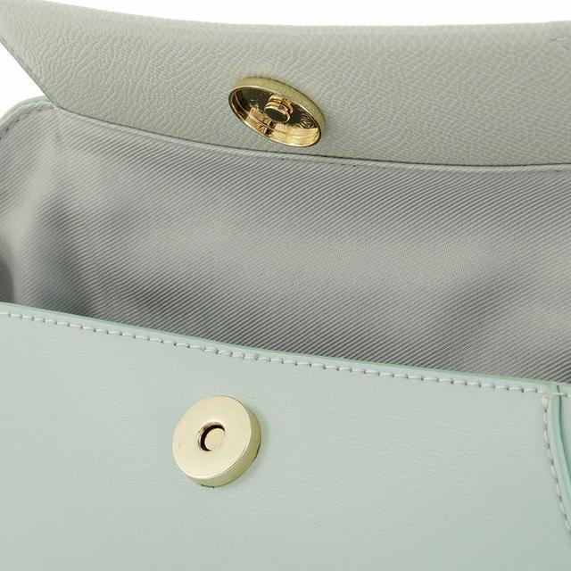 画像: ワンタッチで簡単に開け閉めできるマグネット式の開口部。