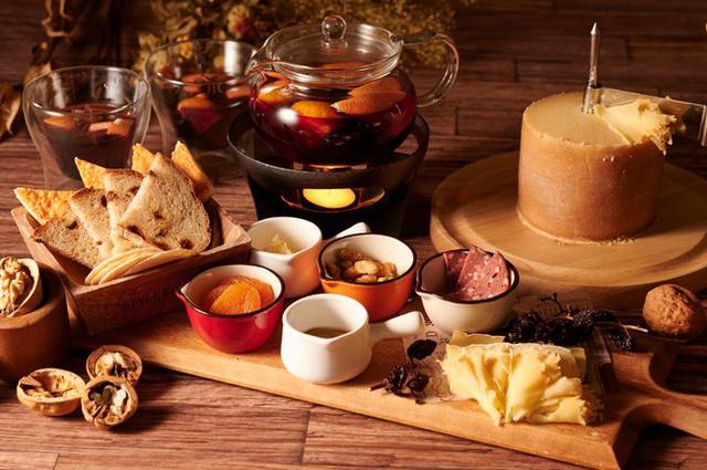"""画像3: 【コートヤード・バイ・マリオット 白馬】秋のテラスでホットワインとチーズのマリアージュを""""Autumn Terrace Cheese Feast"""""""