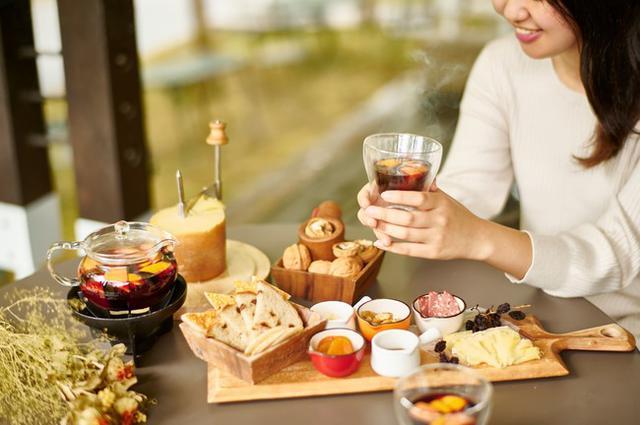 """画像1: 【コートヤード・バイ・マリオット 白馬】秋のテラスでホットワインとチーズのマリアージュを""""Autumn Terrace Cheese Feast"""""""