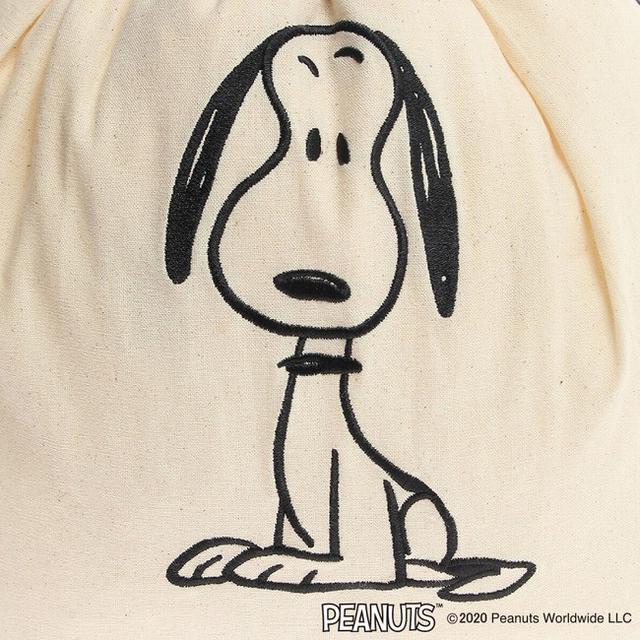 画像: ベージュにはスヌーピーが、グレーにはファーロンが刺繍で描かれています。
