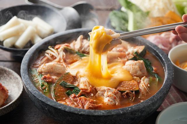 画像: ▲コクうまチーズを絡めて!チーズタッカルビ鍋(韓国)