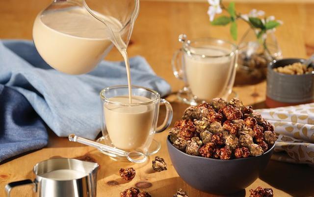 画像: 香ばしいローストアーモンドの贅沢な香りと、甘くまろやかなカフェラテの味わい。