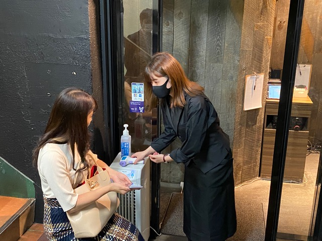 画像: 入店前にはシステムの説明があります。そして検温と手の消毒もしっかりと行われます