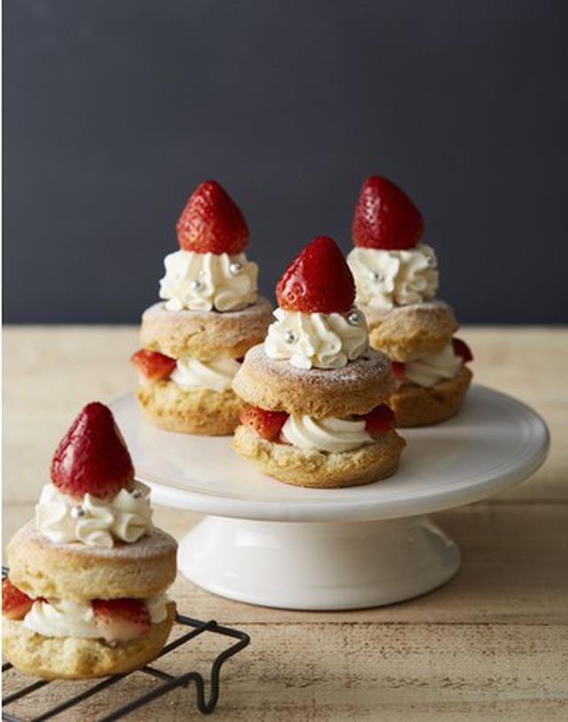 画像1: 苺まるごと一粒 、クリスマス限定「ストロベリーキャンドルスコーン」を25日間だけ発売!