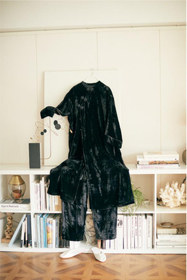画像: ベルベットチャイナガウン ¥15,400 ブラック・ブルー ベルベットチャイナパンツ ¥11,000 ブラック・ブルー