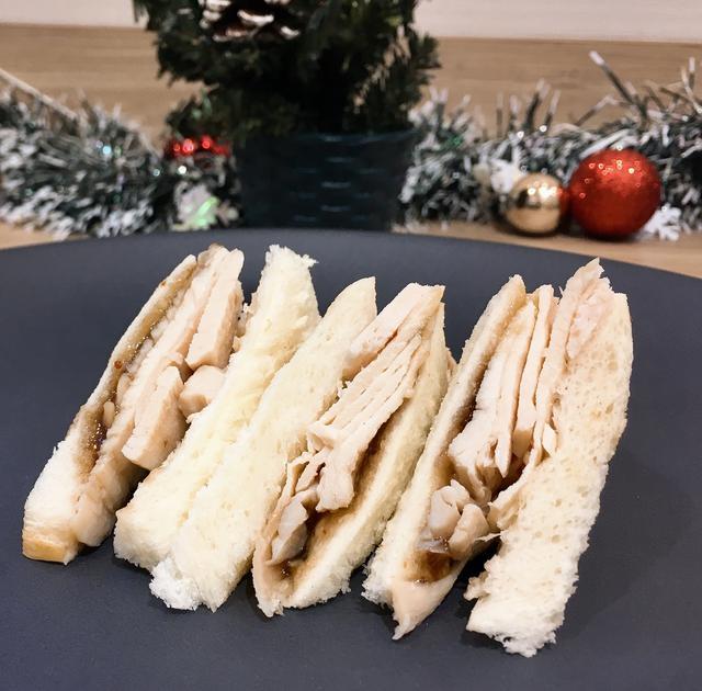 画像: ▶ハレパン…1 センチ幅にスライスしたもの 4 枚 ▶クリームチーズ…大さじ 2 ▶サラダチキン…2 枚 ▶ジャム(イチジク)…適量 サラダチキンを2ミリ幅に薄切りにする。ハレパンをトーストしてこんがり焼いたら、クリームチーズとイチジクジャム(苺などお好みで可)をぬり、サラダチキンをのせ、パンではさむ。食べやすい大きさにカット。