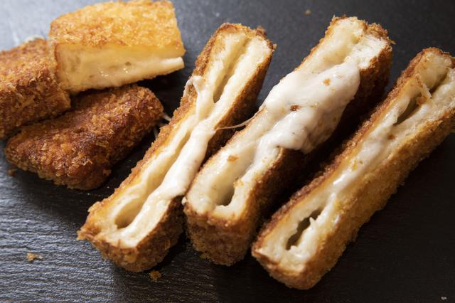 画像: ▶ハレパン…2 ㎝幅にスライスしたものを 4 枚 ▶モッツァレラチーズ…100g ▶アンチョビ(チューブ入りペースト)…10g ▶卵…1 個 ▶小麦粉・パン粉…適量 ▶サラダ油(揚げ油)…適量 ボウルにモッツァレラチーズ、アンチョビを入れよく混ぜ合わせる。これをハレパン 2 枚に塗り、パンではさむ。小麦粉、溶き卵、パン粉の順で衣をつける。180℃の油で揚げて完成。