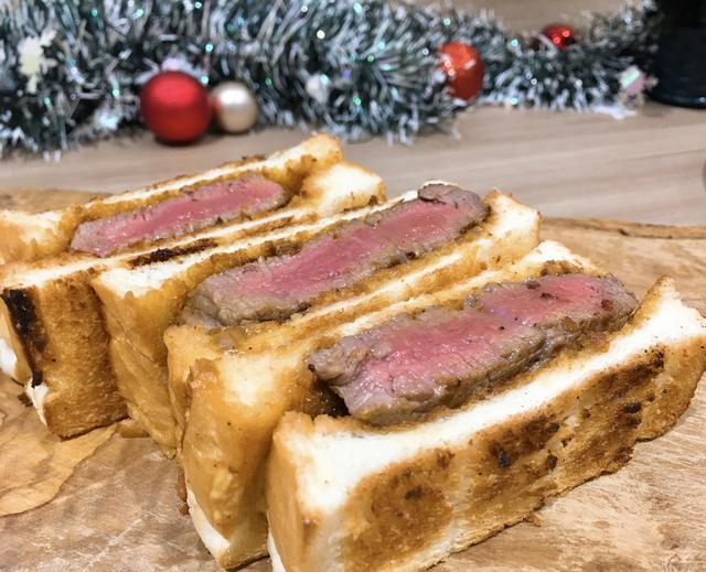 画像: ▶ハレパン…2㎝幅にスライスしたものを4枚 ▶和牛肉…200g(ステーキ用) ▶うに…200g ▶バター…200g 塩・コショウ…適量 うにとバターはボウルに入れ、常温に戻して おく。ゴムベラで混ぜ合わせ、うにバターを 作る。肉に塩コショウをしてフライパンで焼 く。ホイルなどで肉を包み、10 分ほど寝か せたら半分にカット。ハレパンをトースター でこんがり焼き、うにバターをぬる。肉を乗 せ、パンではさむ。