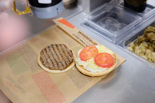 画像: バンズをトーストし、 片面にマヨネーズを全面に塗り、レタス、トマトを乗せます。もう片面にビーフパティを乗せます。