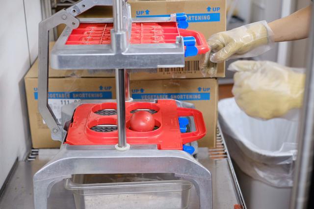 画像: 店内で毎日カットしているというトマト。 トマトをセットして‥