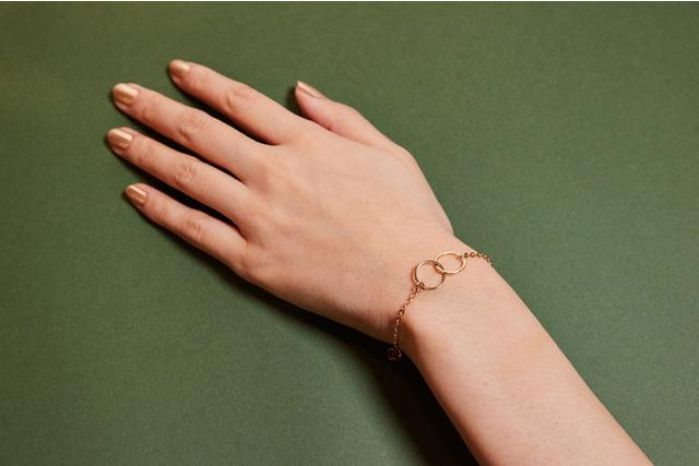 画像: 手元を美しく飾ってくれるアクセサリーをお届け♪