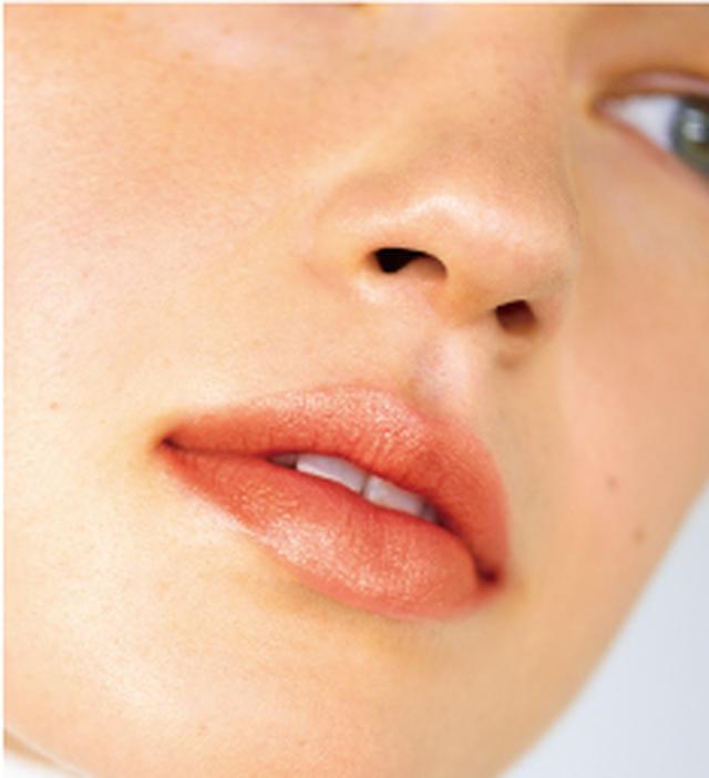 画像: 1. 『ジンジャーリップカラープライマー 1A02 シャインスカーレット』を唇全体に塗る。 2. 『ジンジャーリップカラープライマー 1A01 ホワイティッシュピンク』を上・下唇の中央にのせる。