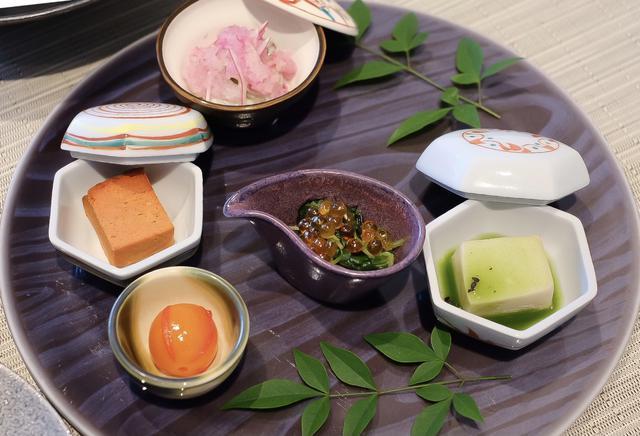 画像: ●前菜 つまみ菜とひじきのお浸し、京人参カステラ、胡麻豆腐青汁餡、金柑密煮、牡蠣みぞれ煮