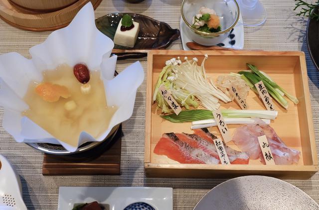 画像: ●温泉水の紙鍋 クエ・紅富士サーモン・旬の鍋野菜