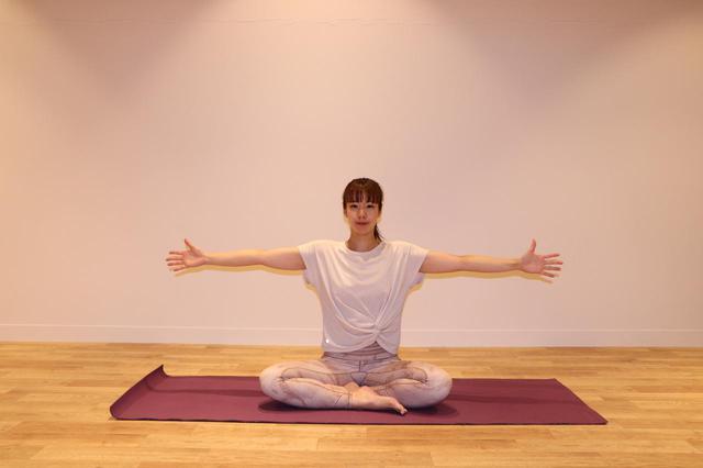 画像: ①あぐらで座り、背筋を長く伸ばす。 手の平を正面に向け両腕を肩の高さに伸ばす。