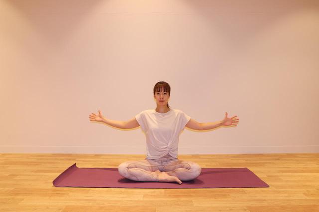 画像: ②息を吸ってお腹をふくらませ、吐くと 同時に両腕を後ろに引き、肘を曲げて肩甲骨を寄せる。