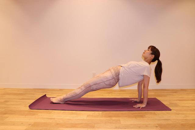 画像: ②ゆっくりとお尻を持ち上げ、腰を 落とさないよう、お尻から背中は一直線にして、3 呼吸キープ。余裕があれば、足の甲を伸ばし、つま先を床に近づける。