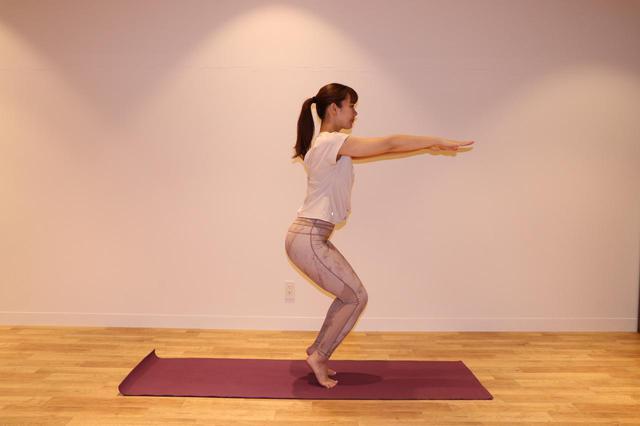 画像: ③かかとを上げたまま、息を吐きなが ら、両膝を曲げ腰を下げる。背中は真っすぐに伸ばしたまま、3 呼吸キープ。