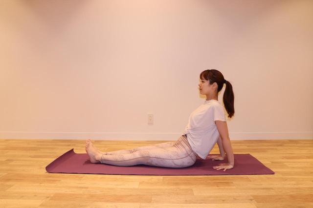 画像: ①両脚をそろえ前に伸ばして座る。 両手はお尻の後ろについて、指先はお尻の方に向ける。