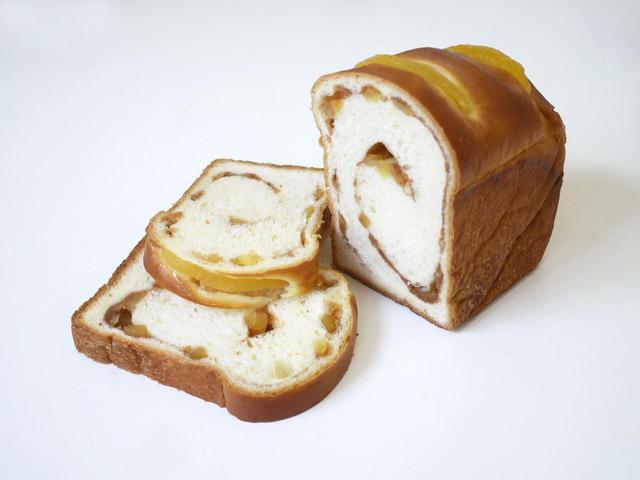 画像: シナモン香る青森りんごブレッド (1 本 821 円、1/2 411 円) りんごと相性がいいシナモンを中に入れ、甘いりんごをトッピングして焼き上げました。