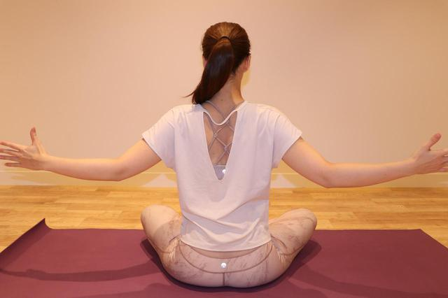 画像: ※②の時、背筋は真っすぐ伸ばしたまま、肩 甲骨をぎゅっと寄せる。10 呼吸分を 1 セットとし、2 セット行う。