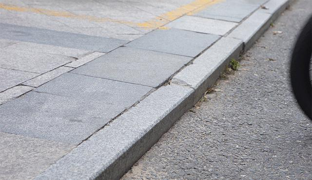 画像: タイヤ幅は57-406(20x2.125)と20インチの自転車の中でも太めのものを使っており、車道と歩道の間の段差をものともしません。